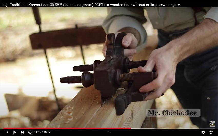 ASMR | Les mains de Mr. Chickadee au travail avec un outil traditionnel